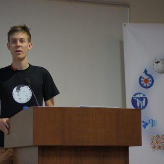 Pisatel tohoto příspěvku během své přednášky (autor: Sebastian Wallroth, Wikimedia Commons)
