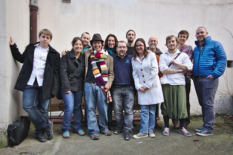 Část účastníků na návštěvě v kanceláři Wikimedia ČR (foto Sage Ross, CCBYSA 2.0)