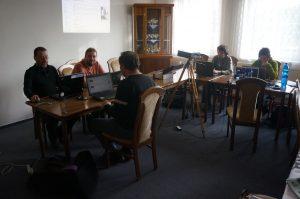 WikiMěsto v praxi - stůl a řada laptopů, za nimi wikipedisté (CC BY SA 3.0, Vojtěch Dostál)