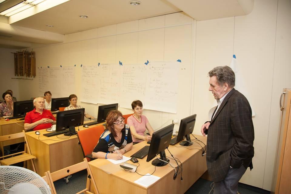 Profesor Sokol přednáší seniorům - wikipedistům.