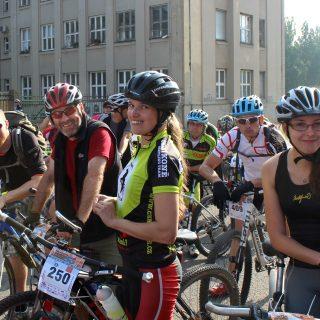 Cyklistický tým wikipedistů před startem závodu