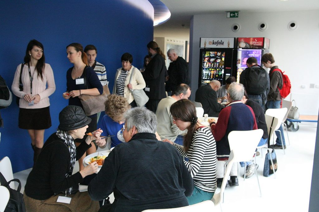 Debaty u jídla během obědové přestávky (CC-BY-SA 4.0, Martin Strachoň)