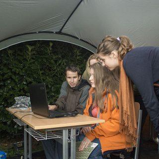 Stánek Wikipedie v areálu Přírodovědecké fakulty Masarykovy univerzity během Noci vědců, 25. září 2015. Návštěvníci si testovali znalosti ve Wikikvízu, následně si mohli odpověď ověřit na Wikipedii. Ti zvídavější si mohli vyzkoušet editování ve formě jednoduché opravy gramatické chyby.