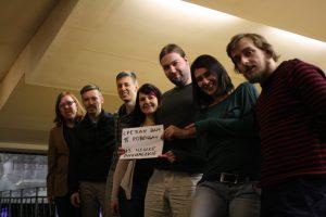 Tým Wikimedia Česká republika pěkně pohromadě (zleva: Jagro, Jakub, Vojta D, Klára, Aktron, Gabka, Vojta V.) - zrovna přejeme všechno nejlepší srbské Wikipedii k jejich 15. narozeninám